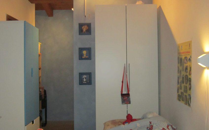 Alloggio su 2 livelli con 3 camere e 2 bagni